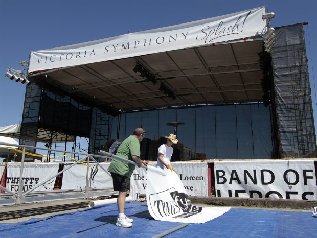 Frank Flewellyn, left, and Tom Fijal help with signs for the Symphony Splash concert, starting at 7:30 p.m.